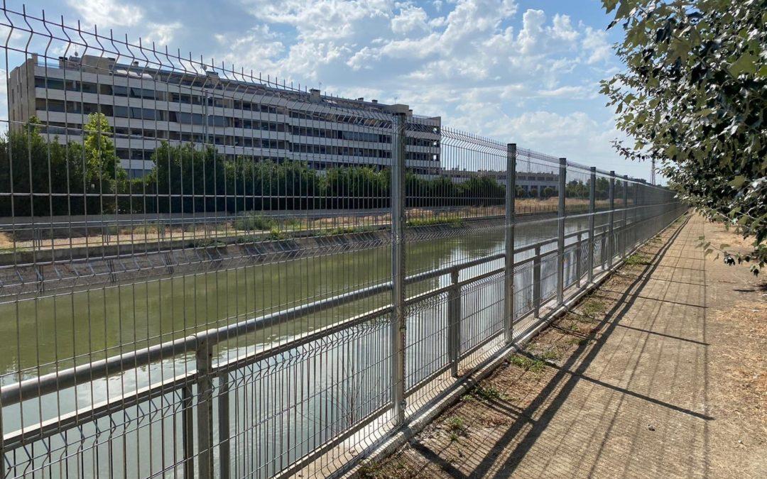 Finalitzen les obres d'instal·lació d'una tanca, al tram del canal de Serós, davant de l'Hospital Sant Joan de Déu
